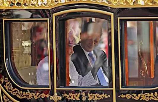 习大大与英国女王一起乘坐金马车